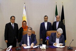 Iranian vice president for science and technology, Sourena Sattari, (r) and the secretary of the department of science and technology of the Philippines, Fortunato de la Peña, signed an agreement