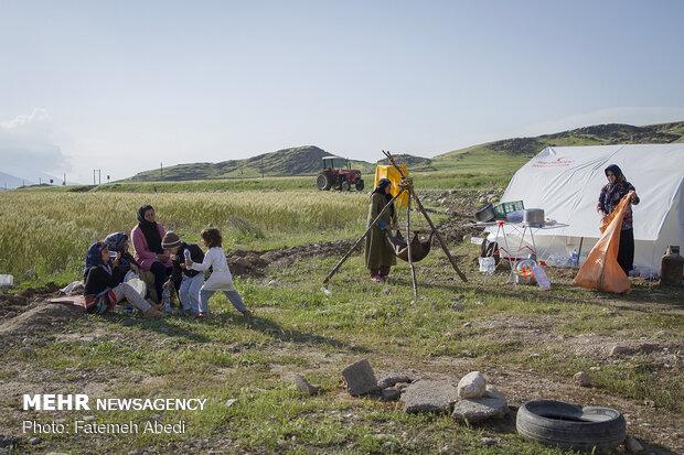 خانواده کرمپور خود را با شرایط جدید و زندگی در چادرهای هلال احمر وفق داده اند.