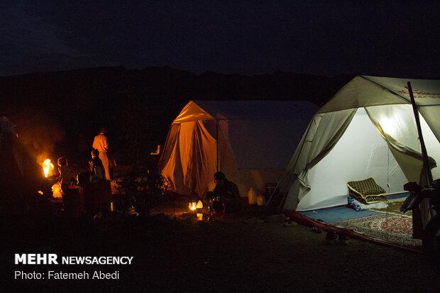 در چادرها برق وجود ندارد و باید از آتش و یا باطری ماشین برای روشن کردن استفاده کنند