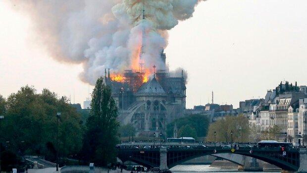 فرق الإطفاء تعلن إخماد حريق كاتدرائية نوتردام جزئيا