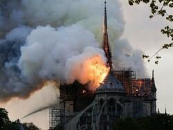 پیرس میں 800 سال قدیم نوٹر ڈیم چرچ میں خوفناک آگ لگ گئی
