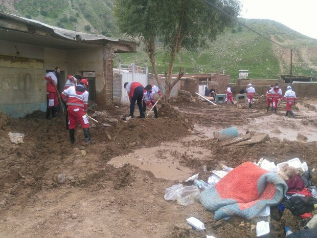 جمعية الهلال الأحمر الإيراني توزع مساعدات إنسانية على منكوبي السيول