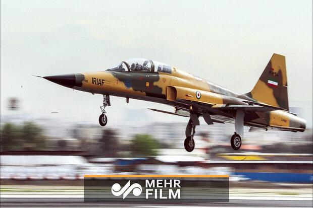 İran'ın yerli yapım savaş uçağı gösteri yaptı