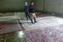 فعالیت سه شیفت تیپ فاطمیون برای شستشوی فرش سیلزدگان پلدختر