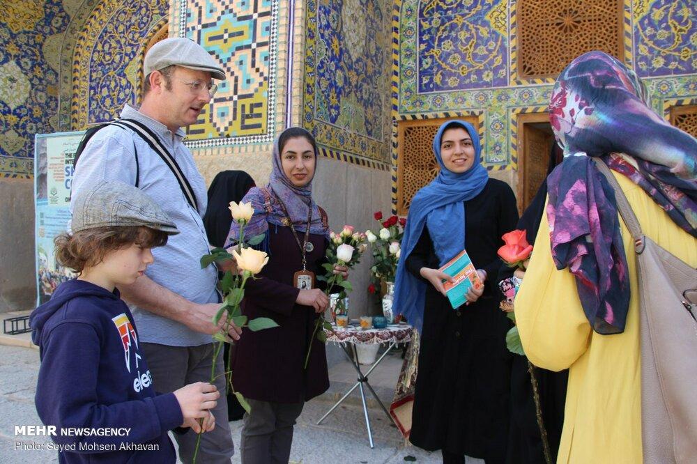 پذیرایی از گردشگران خارجی در جشن نیمه شعبان