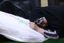"""لحظة وداع جثمان الشهيد المدافع عن الحرم """"رضا كريمي"""""""