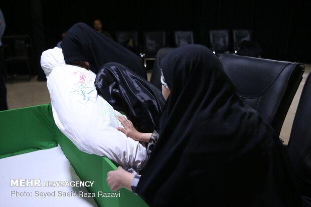 لحظة وداع جثمان الشهيد المدافع عن الحرم رضا كريمي