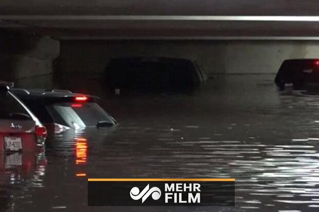سیل در آمریکا دهها خودرو را زیر آب برد