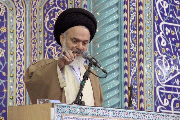 ملت ایران با ورود چند ناو آمریکا به منطقه عقب نشینی نمیکند