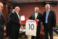 اهدای یادبود از طرف وزیر ورزش به موزه ملی