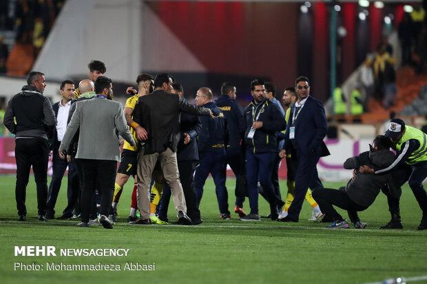 اشتباكات خلال لقاء برسبوليس وسباهان اصفهان في ملعب آزادي