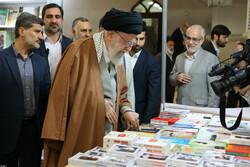 Devrim Lideri Tahran Kitap Fuarı'nı ziyaret etti
