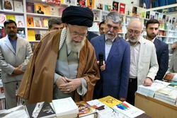 رہبر معظم انقلاب اسلامی کا کتاب کی بین الاقوامی نمائش کا قریب سے مشاہدہ