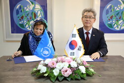 Ryu Jeong-Hyun, Korean Ambassador to Iran, (R) and WFP Representative in Iran, Negar Gerami