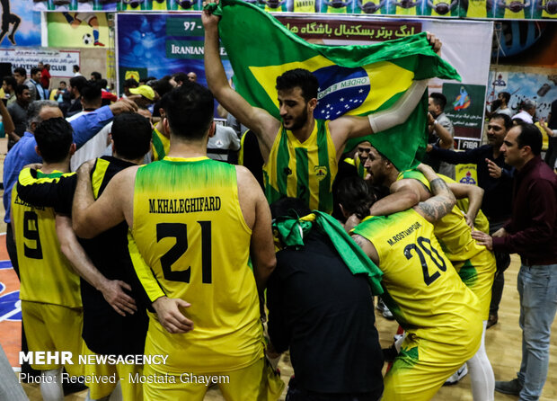 خوشحالی هواداران تیم بسکتبال نفت آبادان پس از قهرمانی