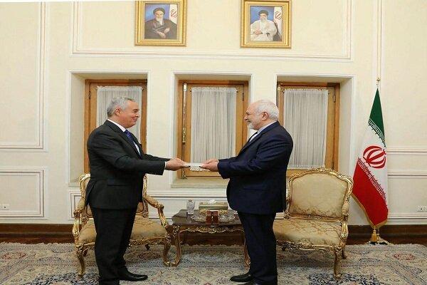 السفير الطاجيكي الجديد في طهران يسلّم ظريف نسخة من اوراق اعتماده