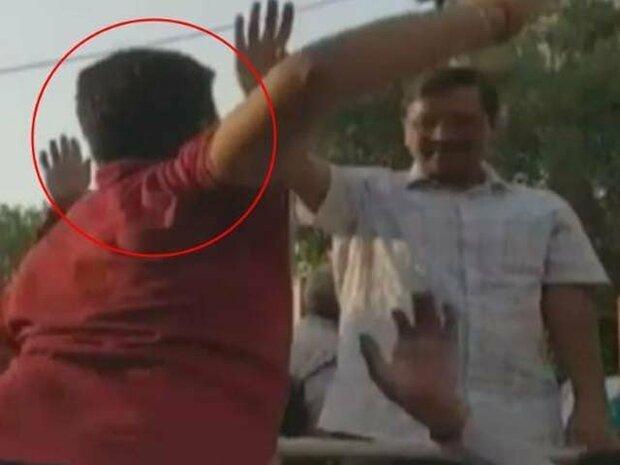 دہلی کے وزیراعلیٰ کو ایک شخص نے تھپڑ جڑ دیا