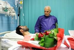 رئیس علوم پزشکی شیراز از مامور فداکار عیادت کرد/پیگیری مراحل درمان توسط دانشگاه