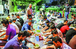 Every passerby is invited: Communal Iftar meals in Tehran.