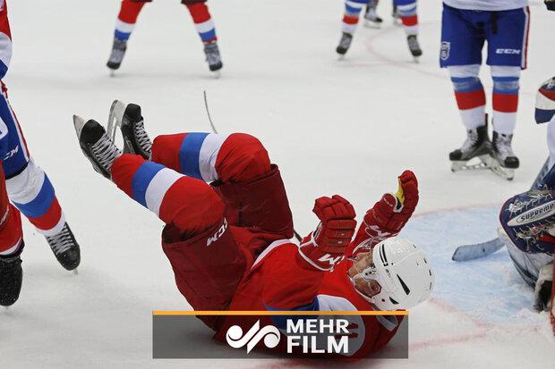 Putin buz hokeyi oynarken yere düştü!