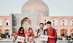 File photo: Iranian and Chinese nationals pose for a photo in the UNESCO-registered Imam Square of Isfahan, central Iran. The picture depicts Safavid-era Sheikh Lotfollah Mosque in the background.