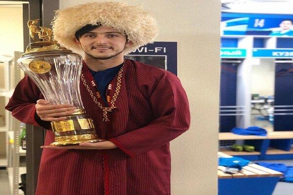 İranlı Türkmen futbolcu Rusya'da şampiyonlukkupasını kaldırdı