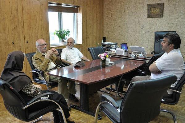 کامران شیردل مستندهای خود را به مرکز گسترش اهدا کرد