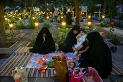 """موائد أفطار متواضعة في """"بهشت زهرا""""/صور"""