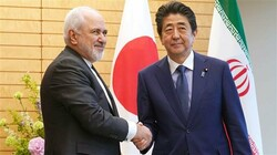 Iran's Foreign Minister Mohammad Javad Zarif (L) shakes hands with Japanese Prime Minister Shinzo Abe in Tokyo on May 16, 2019. (Photo by Reuters)