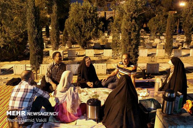 """موائد افطار متواضعة بجوار الشهداء في """"بهشت زهرا"""""""