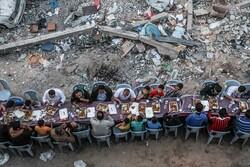 Gazze'de yıkılan evlerin arasında iftar