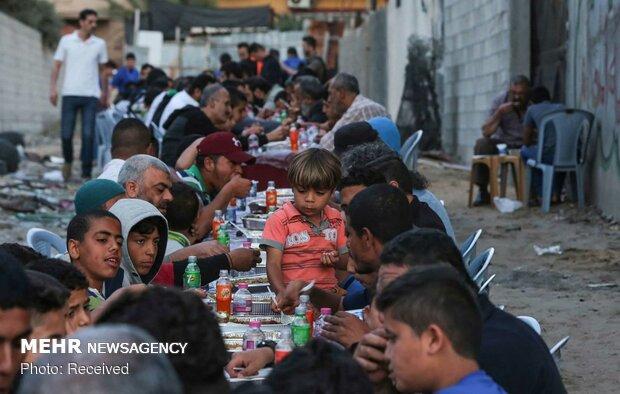 موائد افطار رمضانية على انقاض البيوت في غزة