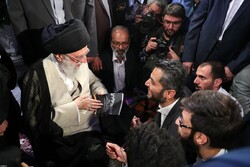 رهبر انقلاب: پیشرفت جریان شعر انقلاب امیدوارکننده است/ راجع به زبان فارسی حقیقتاً نگرانم