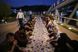"""Tahran'daki """"Tabiat köprüsü""""nde iftar sofrası"""