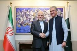 ظريف يبحث مع نظيره الباكستاني سبل تطوير العلاقات الثنائية