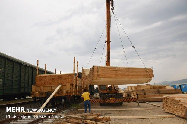 عمليات الشحن والتفريغ عند السكة الحديدية الحدودية بين ايران وآذربيجان