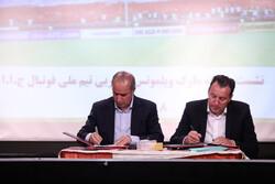 """لحظة توقيع عقد """" مارك ويلموتس"""" مع منتخب إيران لكرة القدم"""