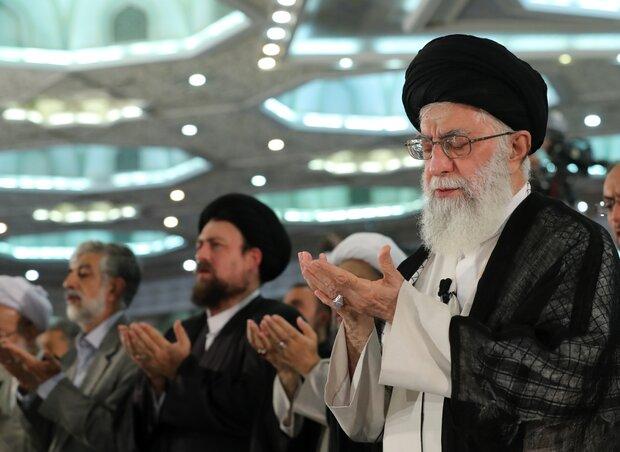 قائد الثورة يؤم المصلين في صلاة عيد الفطر في طهران
