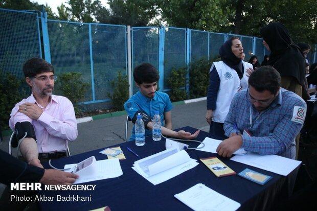 کنترل فشار خون نمازگزاران عید فطر در مصلی بزرگ تهران