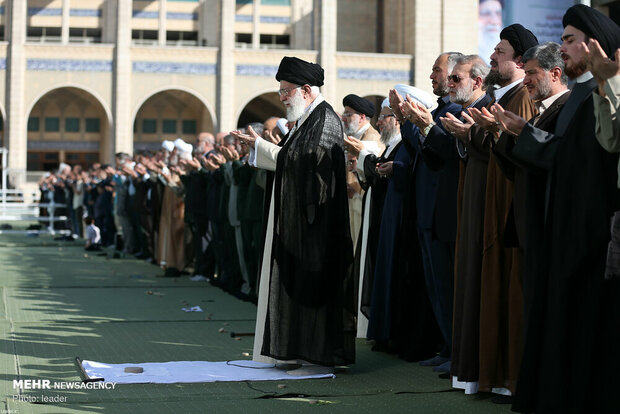 Leader leads Eid al-Fitr prayers in Tehran