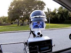 افسر پلیس رباتیک رانندگان را جریمه می کند