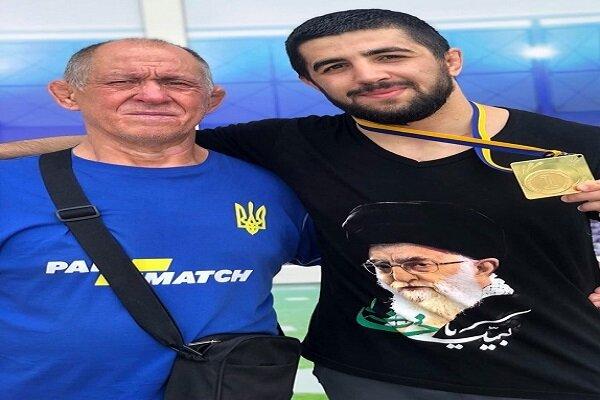 العميد غيب برور يكرم المصارع الاذربيجاني الذي ارتدى قميص يحمل صورة قائد الثورة