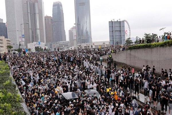 ہانگ کانگ میں مظاہرین نے پارلیمنٹ پر قبضہ کر لیا