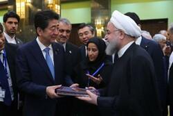 بازدید روحانی و «آبه» از نمایشگاه نودمین سالگرد روابط ایران و ژاپن