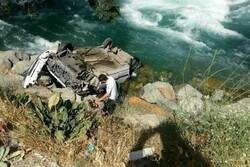 سلفی گرفتن به قیمت سقوط در رودخانه کرج/مصدوم از آب خارج شد