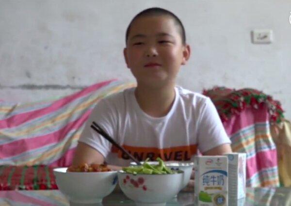 داستان پسری که برای نجات جان پدرش، غذا میخورد!