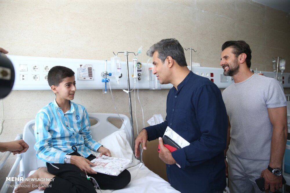عیادت داوران برنامه «عصر جدید» از کودکان بیمارستان مفید