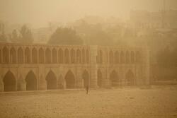 بروز پدیده گرد و خاک محلی در کاشان/هوا خنک می شود