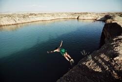 اللجوء إلى الاحواض المائية تهرباً من حرارة الصيف في همدان/صور