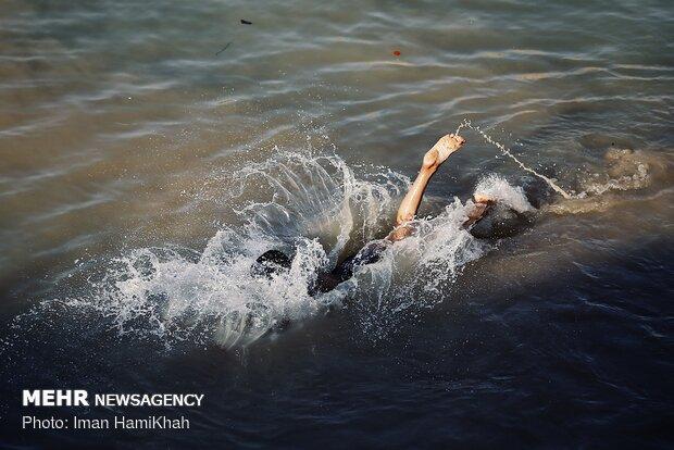 اللجوء إلى الاحواض المائية هرباً من حرارة الصيف في همدان